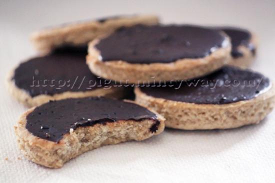 Biscuits sablés nappés de chocolat noir