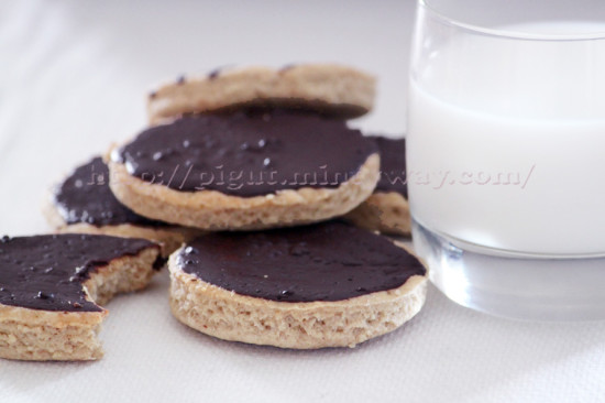 Sablés au chocolat et leur verre de lait végétal