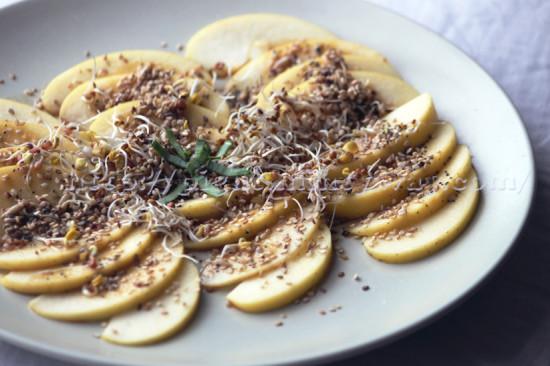 Salade crue à la pomme et aux graines