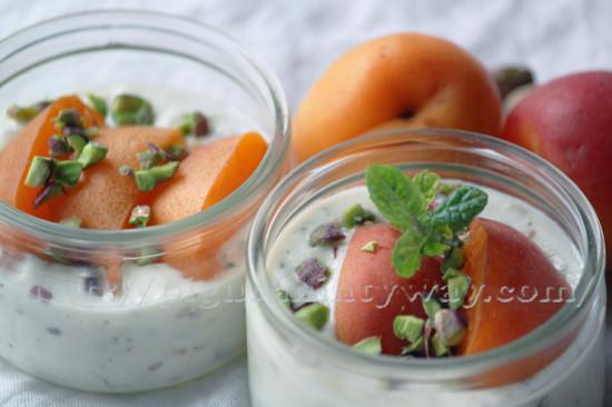Yaourt de soja avec des grains et de l'abricot