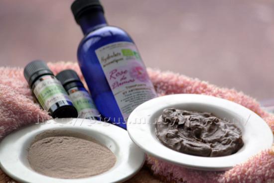 Rhassoul, eau de rose, huiles essentielles