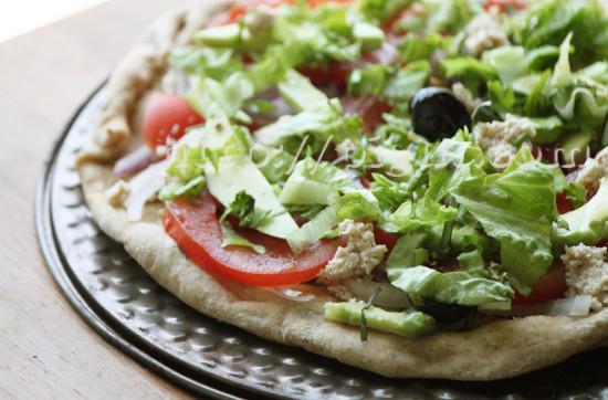 Pizza aux légumes crus et fauxmage d'okara