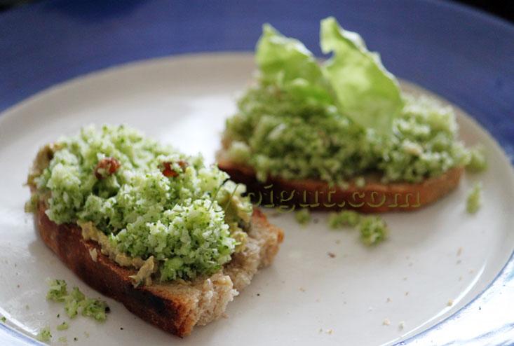 Tartines de pain avec émietté de brocoli cru