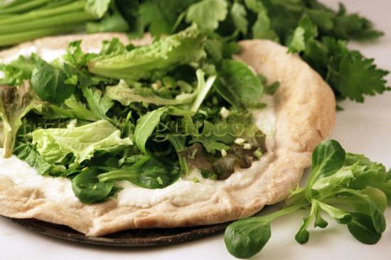 Pizza végétalienne blanche et verte