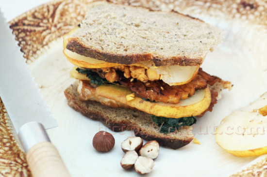 Sandwich umami au tempeh et à la pomme