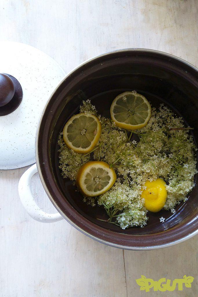 © PIGUT - Sirop de fleur de sureau en préparation